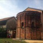 L'antica struttura di una chiesa romanica inglobata nella cascina