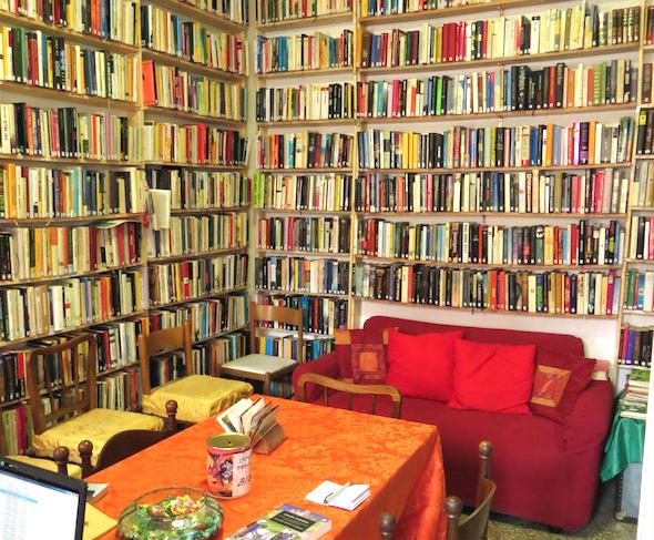La biblioteca condominiale di via Rembrandt 12