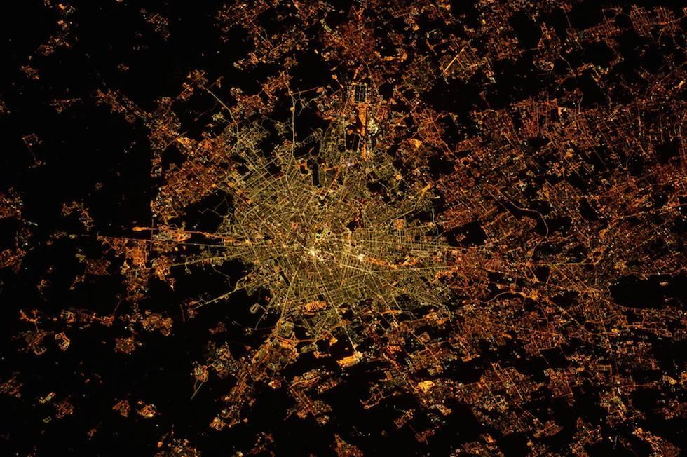 """Milano """"a led"""" vista dallo spazio"""
